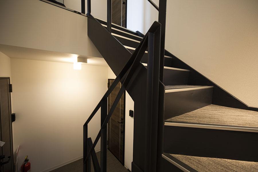 新築アパート 階段