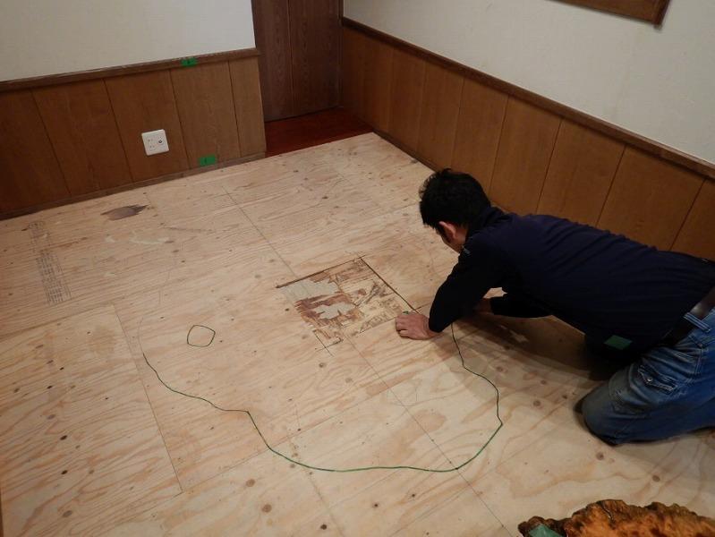 掘りごたつに使用するテーブルの枠取りをしています